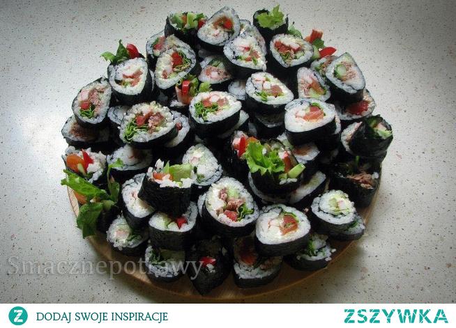 Domowe sushi jest bardzo smaczne, niskokaloryczne danie, idealne na wiele okazji.