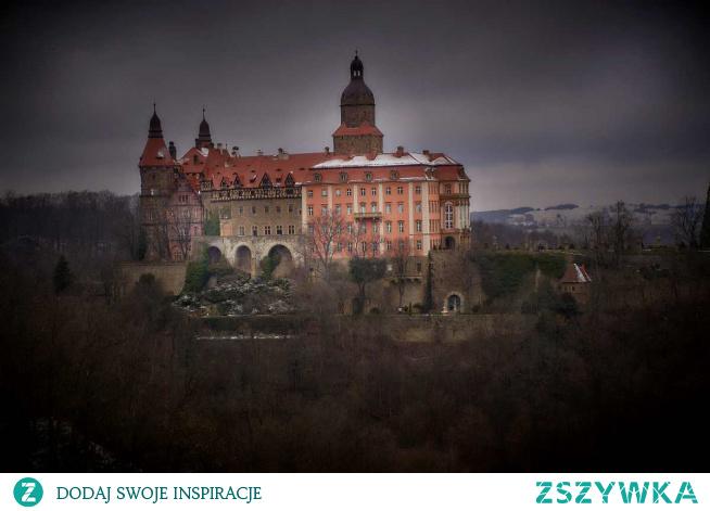 Wałbrzych to miasto, które na turystów dopiero się otwiera. Do niedawna liczył się tylko Zamek Książ. To był główny punkt wycieczki w ten region, ale spróbujemy was przekonać, że warto dać szansę. Wałbrzych was zaskoczy i możliwe, że wyjedziecie nim zachwyceni.