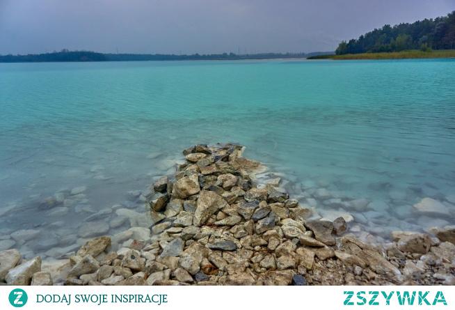 Jezioro Turkusowe w Koninie wygląda egzotycznie. Przezroczysta woda o zabarwieniu niebiesko-zielonym na fotkach wychodzi niesamowicie. Widoki są niezapomniane, aż chce się wskoczyć do wody, ale nic z tego. Kąpiel w tych wodach skończyłaby się tragicznie.