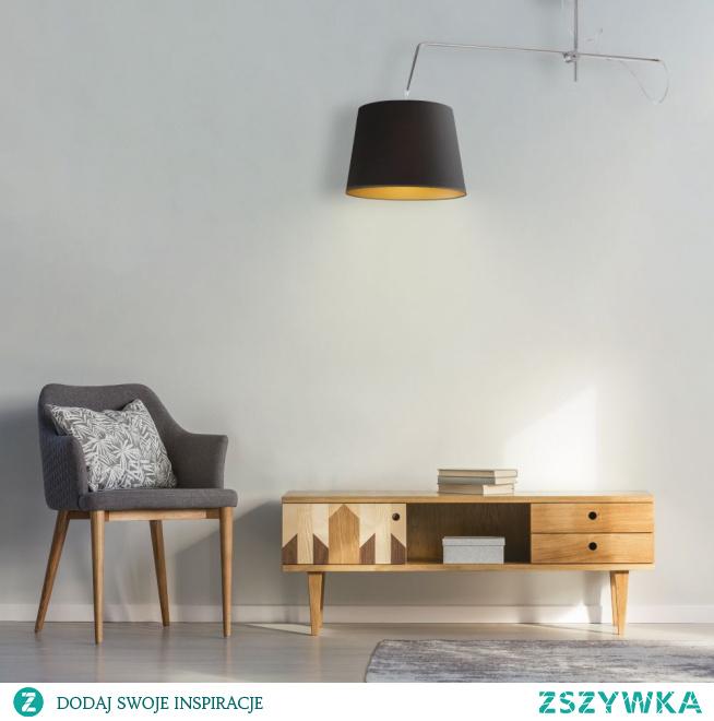 Modernistyczna lampa wisząca OVIEDO GOLD to idealny typ oświetlenia dla osób o silnym temperamencie oraz takich, które potrafią puścić wodze fantazji podczas urządzania swoich czterech ścian. Lampa reprezentuje połączenie stylu klasycznego i nowoczesnego. Innowacyjna konstrukcja podsufitki łączy się z tradycyjnym abażurem w kształcie stożka dając niepowtarzalny efekt kojarzący się przede wszystkim ze stylem eklektycznym. Żyrandol posiada złote wnętrze za pomocą, którego ociepla wydobywające się z lampy światło powodując równoczesną zmianę atmosfery w pomieszczeniu. Oświetlenie występując w białej wersji klosza posiada dodatkowo błyszczącą powierzchnię złotego wnętrza. Lampa z pewnością przypadnie do gustu osobom o olbrzymich zasobach wyobraźni, które lubią eksperymentować i zaskakiwać swoich najbliższych nowymi pomysłami.  Do wyboru mamy kilkanaście wersji kolorystycznych: biały, ecru, jasny szary (gołębi), miętowy, musztardowy, jasny różowy, jasny fioletowy, beżowy, szary stalowy, czerwony, niebieski, fioletowy, zieleń butelkowa, granatowy, grafitowy, brązowy, czarny oraz szary melanż (tzw. beton). Dostępne są również 3 rodzaje stelaży: biały, czarny, srebrny.