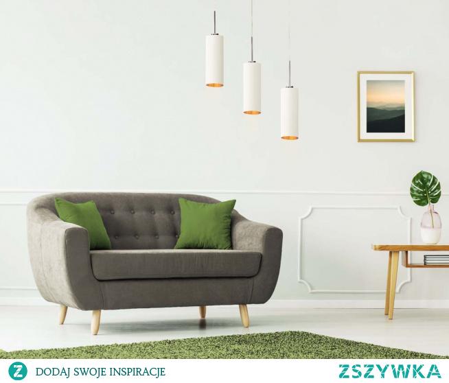 Lampa wisząca BORNEO GOLD to idealna propozycja oświetlenia nad stół w jadalni lub nad wyspę kuchenną. Oświetlenie posiada trzy niezależne źródła światła, osłonięte ciekawym abażurem w kształcie tuby. Abażury te poza kształtem wyróżniają się także ciekawymi barwami, w ich wnętrzu zastosowano złotą folię która nie tylko ociepla emitowane światło ale również stanowi niezwykłą ozdobę. W białej wersji kolorystycznej modelu Borneo faktura folii posiada połyskujący materiał.  Dzięki możliwości wyboru wariantu kolorystycznego abażura spośród pięciu kolorów (biały ze złotym wnętrzem (złoty połysk), szary stalowy ze złotym wnętrzem (złoty mat), zieleń butelkowa ze złotym wnętrzem (złoty mat), granatowy ze złotym wnętrzem (złoty mat) oraz czarny ze złotym wnętrzem (złoty mat)) oraz wyboru powłoki stelaża (biały, srebrny, czarny (w standardzie), chrom, stal szczotkowana, stare złoto (dodatkowo płatne)) czyni ze zwisu BORNEO niezwykle uniwersalną lampę.