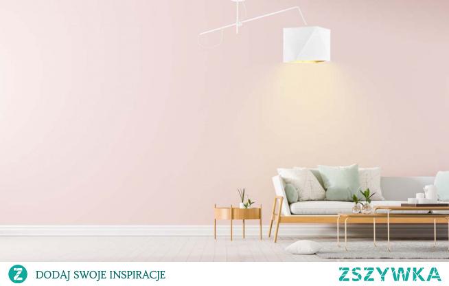 Lampa wisząca BUFFALO GOLD to model, który zachwyca swym modernistycznym stylem i nowoczesną formą. Podsufitkę lampy wyposażono w ruchome ramię, które wznosi funkcjonalność lampy na zupełnie inny poziom! Dzięki takiemu udogodnieniu miejsce, na którym znajduje się źródło światła może wciąż zmieniać swoje położenie w płaszczyźnie góra - dół. Lampę unowocześnia także nieszablonowa postać abażuru – zarówno kształt jak i kolorystyka klosza zachwyca innowacyjnym podejściem! Budowa osłony żarówki składa się z ośmiu połączonych ze sobą trójkątów a jej wnętrze utrzymane jest w wyjątkowej ciepłej tonacji. W przypadku białego abażuru środek ten dodatkowo odbija swą fakturą światło sprawiając, że lampa ta prezentuje się jeszcze bardziej prestiżowo i na czasie! Oświetlenie może znaleźć swoje miejsce w pomieszczeniach o różnym charakterze – może być to zatem zarówno kuchnia, salon czy nawet pokój młodzieżowy!  Do wyboru mamy 5 wersji kolorystycznych: biały ze złotym wnętrzem (złoty połysk), szary stalowy ze złotym wnętrzem (złoty mat), zieleń butelkowa ze złotym wnętrzem (złoty mat), granatowy ze złotym wnętrzem (złoty mat) oraz czarny ze złotym wnętrzem (złoty mat). Dostępne są również 3 rodzaje stelaży: biały, czarny, srebrny.
