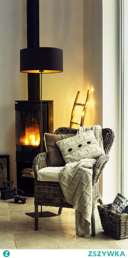 Lampa stojąca SOFIA GOLD to idealna propozycja oświetlenia punktowego, potrzebnego do czytania lub wykonywania czynności, które wymagają skupienia i precyzji. Za pomocą lampy możemy również wyeksponować wszystkie występujące w zasięgu lampy dekoracje jak np. obrazy znajdujące się na ścianie. Lampa podłogowa SOFIA GOLD poza tymi wszystkimi funkcjami, niezwykle przyozdabia pomieszczenie. Jej walor estetyczny tkwi w obecności abażuru, który posiada złote wnętrze. W białej wersji złoty środek tego zwieńczenia lampy jest połyskliwy a co za tym idzie odbija światło, czarna, zielona, szara i granatowa wersja pozostaje przy fakturze matowej. Model objęty jest aż 24 miesięczną gwarancją.  Do wyboru mamy 5 kolorów abażurów (biały ze złotym wnętrzem (złoty połysk), szary stalowy ze złotym wnętrzem (złoty mat), zieleń butelkowa ze złotym wnętrzem (złoty mat), granatowy ze złotym wnętrzem (złoty mat) oraz czarny ze złotym wnętrzem (złoty mat)) jak i 6 kolorów stelaży (biały, srebrny, czarny (w standardzie), chrom, stal szczotkowana, stare złoto (dodatkowo płatne).
