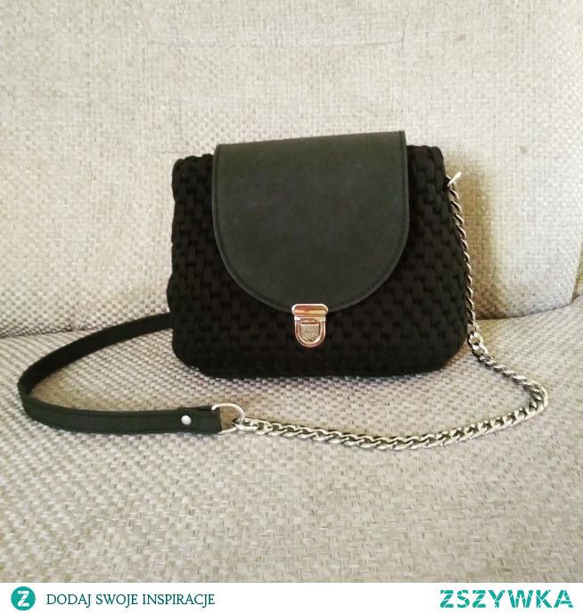 Czarna torebka z matową klapą. Znajdź nas na Facebooku. Szydełkowo M.Baz