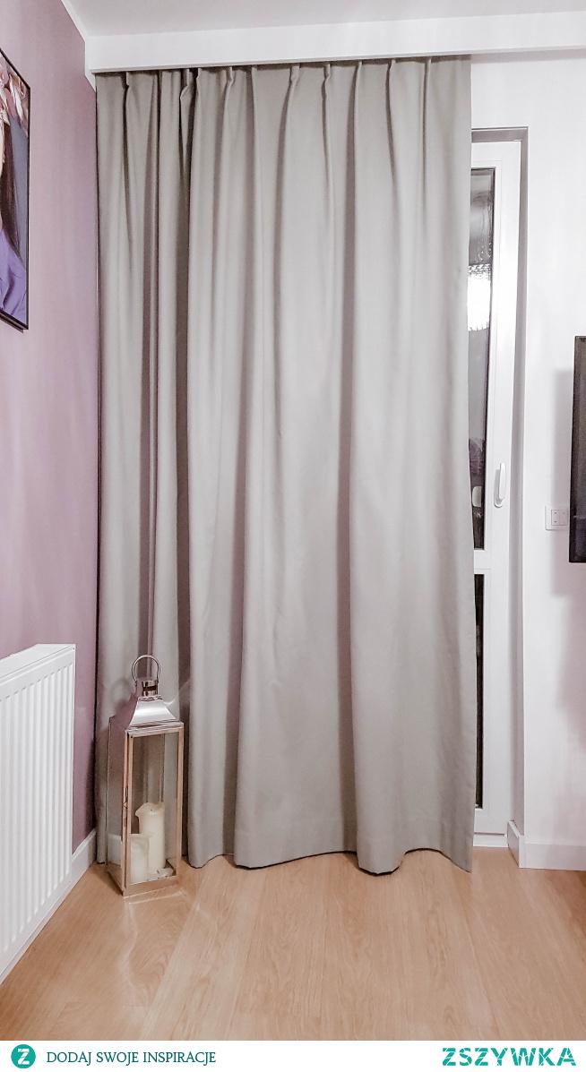 Szara gruba zasłona w materiale RODZINNY GWAR RG92 u naszej Klientki, Pani Malwiny :) Zasłona jest uszyta na haczykach flex z pojedynczą falą - można regulować jej długość o 7cm i pięknie się układa.  Jeśli szukasz wysokiej jakości zasłon na wymiar, zajrzyj na -->> Nasze Domowe Pielesze