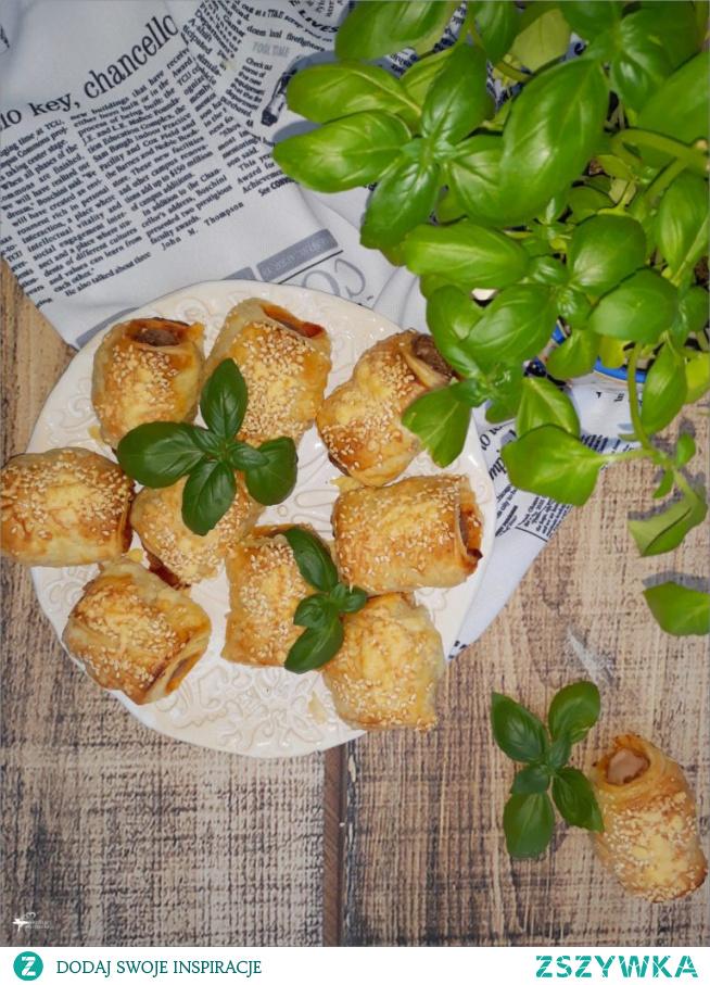 Szybkie parówki w cieście z serem i pastą warzywną