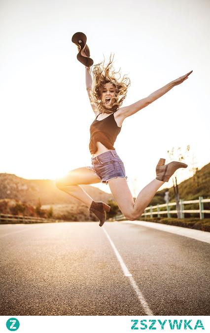 Chyba, każda z nas przynajmniej raz w życiu próbowała się odchudzać. Niestety ale obecny świat zmusza nas do życia w ciągłym biegu. Pracujemy więcej, żyjemy szybciej dlatego często jemy w pośpiechu i byle jak. Taki tryb życia bardzo często prowadzi do nadwagi. Człowiek po takim zabieganym dniu ma ochotę położyć na kanapie, a nie ćwiczyć czy iść na siłownie. Niestety takie podejście powoduje, że... CZYTAJ DALEJ KLIKAJĄC W ZDJĘCIE :)