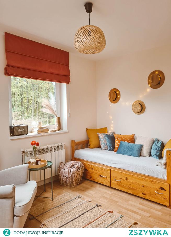Pokój w stylu BOHO  Roleta rzymska VELVET V27  Poduszki dekoracyjne  z NASZE DOMOWE PIELESZE