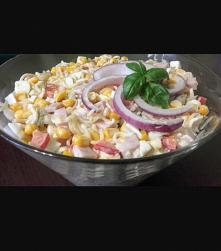 Składniki: 1 zupka chińska 3 jajka ugotowane na twardo 1 puszka kukurydzy 1 papryka czerwona 1 cebula 250 g. szynki 4 ogórki korniszony 3 łyżki majonezu 2 łyżki jogurtu naturaln...