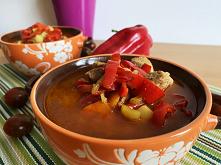 Pikantna zupa paprykowa rozgrzewająca i bardzo sycąca. Dla lubiących łagodne potrawy możliwe zrobienie zupy w wersji łagodnej.