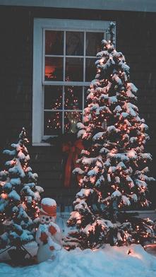 Smutne jest to że kiedy jest wigilia ludzie są dla siebie mili i w Boże Narodzenie i drugi dzień Świąt ale kiedy to przemija ludzie są znowu tacy jak byli.