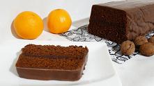 Piernik z marmoladą. Ten przepis w prosty sposób łączy ze sobą składniki i oferuje nam delikatny piernik przekładany marmoladą oblany pyszną polewą czekoladową.