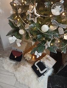 piękna choinka a pod nią prezenty! ręcznie robione na szydełku torebki! jak wam się podoba?  #choinka #prezenty #torebki