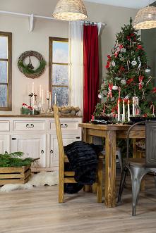 Rustykalna jadalnia z litego drewna w świątecznej aranżacji. #meblewoskowane #drewno #mebledrewniane #jadalnia #wnętrza #aranażacje #święta #bożenarodzenie #dekoracje #choinka #...