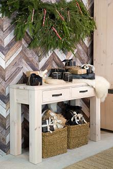 Woskowana konsola z litego drewna sosnowego w świątecznej aranżacji. #meblewoskowane #drewno #meble #drewniane #wnętrza #aranażacje #święta #bożenarodzenie #konsola #ozdoby #cho...