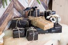 Rustykalna konsola z litego drewna sosnowego w świątecznej aranżacji. #meblewoskowane #drewno #meble #drewniane #wnętrza #aranażacje #święta #bożenarodzenie #konsola #ozdoby #ch...