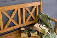 Woskowana ławka z oparciem z litego drewna sosnowego na balkon, taras lub do ogrodu w świątecznej aranżacji. #meblewoskowane #drewno #mebledrewniane #salon  #meblezdrewna #wnętr...