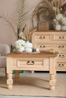Drewniane meble w kolorze naturalnym dla miłośników stylu eko. Drewniana komoda oraz stolik kawowy z litego drewna sosnowego pokryte naturalnym woskiem pszczelim.  #meblewoskowa...