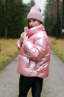 Różowa metaliczna kurtka zimowa. Pikowana kurtka z metalicznym połyskiem. Ciepła zimowa kurtka. lejdi.pl