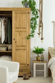Drewniana sypialnia w stylu rustykalnym wykonana z litego drewna sosnowego, elegancja i styl. #meblewoskowane #drewno #mebledrewniane #vintage #sypialnia #łóżko #wnętrza #aranaż...