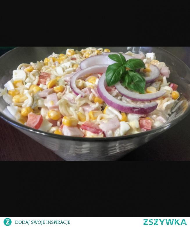 Składniki: 1 zupka chińska 3 jajka ugotowane na twardo 1 puszka kukurydzy 1 papryka czerwona 1 cebula 250 g. szynki 4 ogórki korniszony 3 łyżki majonezu 2 łyżki jogurtu naturalnego sól, pieprz Wykonanie: Makaron z zupki pokruszyć do miseczki, dodać dołączone przyprawy. Zalać wrzątkiem, tylko tyle żeby przykryło makaron. Przykryć talerzykiem i zostawić do napęcznienia. Jajka, szynkę i warzywa pokroić w kostkę. Dodać odsączoną kukurydzę. Wsypać przestudzony makaron, przyprawić solą i pieprzem, na koniec dodać majonez i jogurt. Wymieszać i wstawić do lodówki . #sałatka #makaron