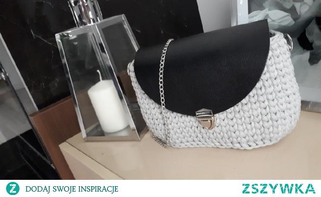 szara torebka z czarna klapą i srebrnymi okuciami. idealna na prezent od mikolaja. dostepna od reki. facebook: torebki szydelkowe Monika Bazarnik  #torebkadamska #torebka #naprezent #prezent #mikolaj #mikolajki