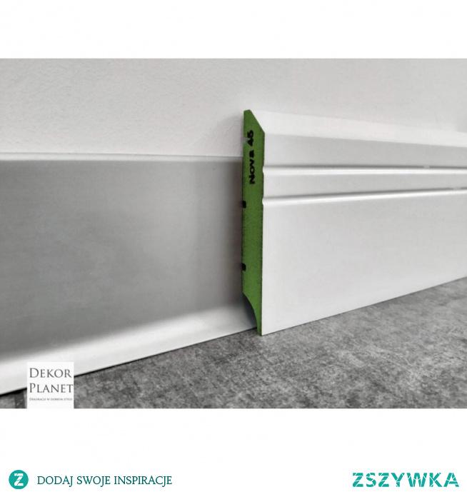 NOVA 45 to wilgocioodporna listwa przypodłogowa MDF od producenta LAGRUS Plus. Nova 45 pokryta została półmatową farbą RAL 9003. Listwy przypodłogowe MDF jak Nova45 posiadają frezowanie umożliwiające ukrycie przewodów, oraz ułatwiają montaż w przypadku nierównej podłogi przy samej ścianie (np. po cyklinowaniu). Białe listwy MDF montujemy na klej montażowy do ściany.