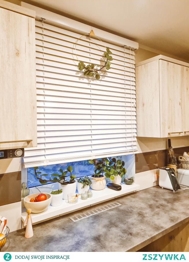 Biała żaluzja drewniana z ozdobnym wiankiem :)  Idealne żaluzje znajdziesz na -->> NASZE DOMOWE PIELESZE