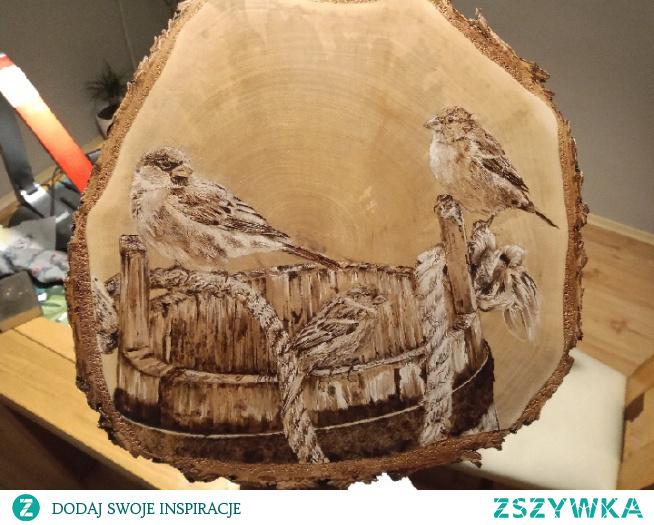 wróble i stare drewniane wiadro