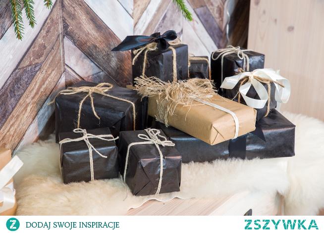 Rustykalna konsola z litego drewna sosnowego w świątecznej aranżacji. #meblewoskowane #drewno #meble #drewniane #wnętrza #aranażacje #święta #bożenarodzenie #konsola #ozdoby #choinka