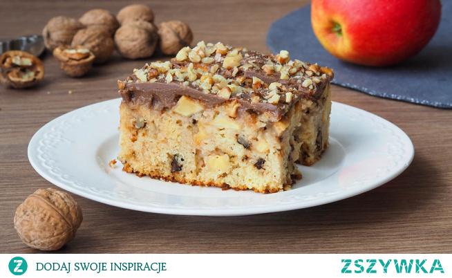 Ciasto z jabłkami i orzechami. Ciasto niezwykle łatwe. Jabłka w prostym wydaniu, pokrojone w kosteczkę i orzechy tworzą w cieście fajny duet. Ciasto do zrobienia, którego nie potrzebujemy miksera, ale potrzebujemy dużo siły woli, żeby nie zjeść całego od razu.