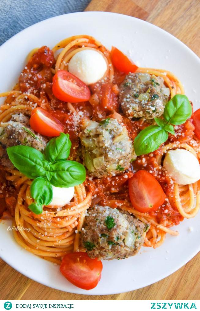 Spaghetti w sosie pomidorowym z pulpetami. Przepis po kliknięciu w zdjęcie.