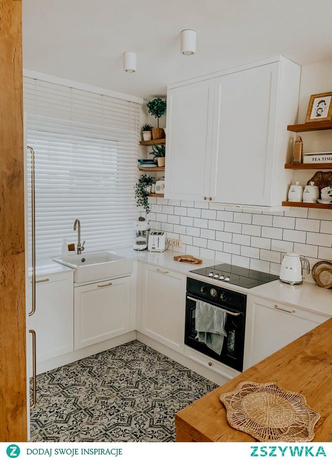 Nasze drewniane żaluzje 50mm w kolorze KOKOS (biały) w pięknej kuchni: wnetrzewkadrze (INSTAGRAM)  Koniecznie zajrzyj na NASZE DOMOWE PIELESZE, jeśli szukasz idealnych żaluzji na wymiar :)