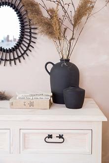 Drewniana komoda w stylu rustykalnym, wosk bielony. Naturalne piękno ukryte w drewnianych meblach z kolekcji CERA. #Meble #Rękodzieło #Stylizacja #Wystrójwnętrz #Wnętrze #Dekora...
