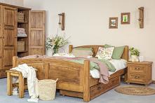 Drewniane meble do sypialni. Szafa trzydrzwiowa, łóżko oraz szafka nocna wykonana z litego drewna sosnowego w kolorze ciemnego wosku. #Stylizacja #Wystrójwnętrz #Wnętrze #Dodatk...