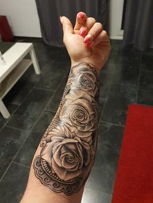 Takie róże na dzień kobiet :) zainspirowany zszywka kilka lat temu w końcu się odważyłam.. Heee.. Tablica zaliczona. Mój 4 i ostatni nie lubię jak mnie coś boli hhahahah #tatoo#...