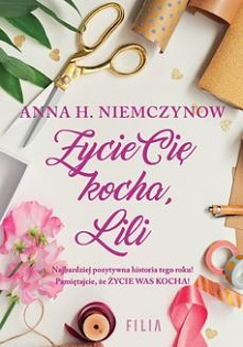 Życie cię kocha, Lili - Anna H. NiemczynowNajbardziej pozytywna historia tego lata! Pamiętajcie, ŻYCIE WAS KOCHA!  Lilianna Berg, każdego poranka otwiera oczy i przyjmuje z rado...