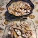 Faworki: 3 łyżki kwaśnej śmietany, 30dag mąki, 3 żółtka, 2 łyżeczki cukru pudru, szczypta soli, 1 łyżka spirytusu. Z podanych składników zagnieść ciasto, rozwałkować cienko (2mm, jeśli sięda) i wykrawać w romby lub równoległoboki. W środku każdej figury wykonać podłużne przecięcie, po czym przekładać wybrany z narożników przez wykonany otwór. Smażyć do zrumienienia na rozgrzanym (170-180 stopni) oleju, po wyjęciu posypać cukrem pudrem.  Po usmażeniu było tego dwie pełne miski, ale kiedy siedziałem przy śniadaniu, wyglądały tak smakowicie... uratowałem część przed moim własnym obżarstwem, cieszcie więc oczy, bo ja zamierzam cieszyć podniebienie :)