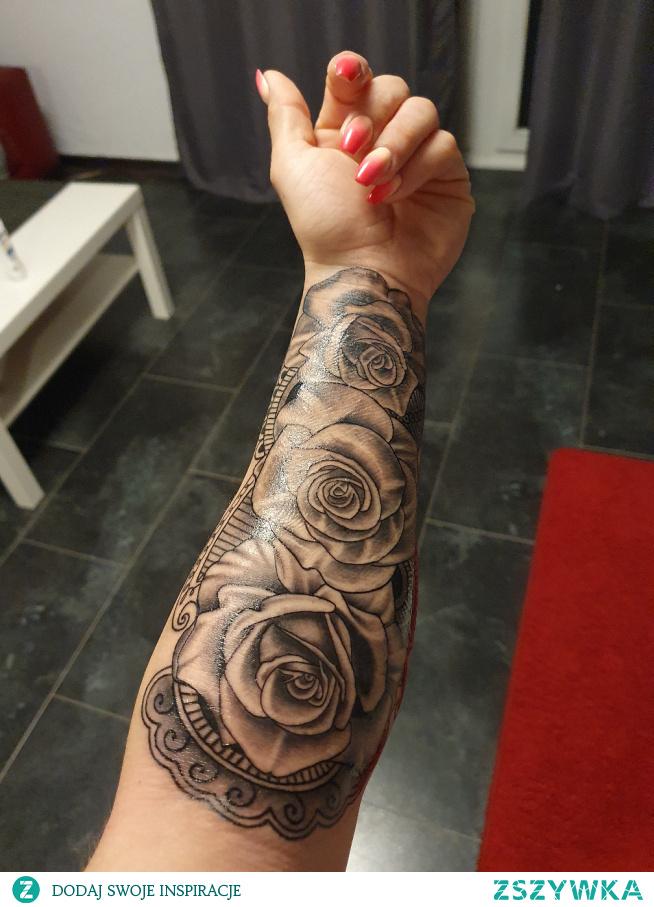 Takie róże na dzień kobiet :) zainspirowany zszywka kilka lat temu w końcu się odważyłam.. Heee.. Tablica zaliczona. Mój 4 i ostatni nie lubię jak mnie coś boli hhahahah #tatoo#róże