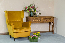 Fotel tapicerowany uszak w najmodniejszym kolorze tego sezonu. Kącik do wypoczynku z konsolą. #Meble #Dom #Dodatki #Kwiaty #Stylizacja #Salon #Wnętrza #Wystrójwnętrz #Wnętrze #u...