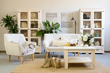 Witryna drewniana do salonu, drewniany stolik kawowy, fotel tapicerowany, mała sofa tapicerowana.#Dodatki #witryna #salon #livingroom #Stylizacja  #Wystrójwnętrz #Dom #Meble #Wy...