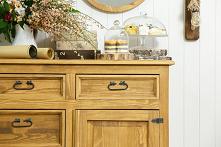 Komoda drewniana rustykalna, lustro okrągłe w drewnianej ramie, krzesło tapicerowane.  #lustro #komoda #Dodatki #Stylizacja #Wystrójwnętrz #Wnętrze #Dom #Sypialnia #Meble #Desig...