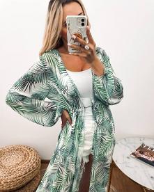 Cudna narzutka plażowa w niezwykle modny i pożądany na wakacje tropikalny print. Bardzo lekka, nie mnąca się, dzięki czemu bez problemu zabierzesz ją wszędzie ze sobą.