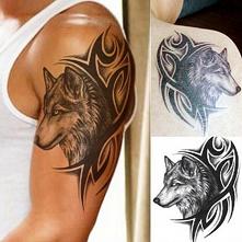 Tribal na ramię z wilkiem.