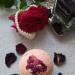 Ręcznie robiona z naturalnych składników kula kąpielowa o zapachu drzewa różanego dodatkiem płatków róży. Kule kąpielowe to idealny sposób nie tylko na relaks, ale także na dostarczenie skórze cennych składników odżywczych. Stworzone z pasją z tego co najlepsze z natury zapewnią nawilżenie, odprężenie i miło spędzony czas. Cena: 11,99 zł.  Możliwość wysyłki paczkomat/kurier lub odbiór osobisty na terenie Krakowa. Po więcej informacji zapraszam na Instagram bath_sie_dobrze