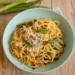Wiosenny przepis na makaron carbonara z szparagami, boczkiem, serem i jajkiem. Włoski klasyk udoskonalony o wiosenne młode szparagi