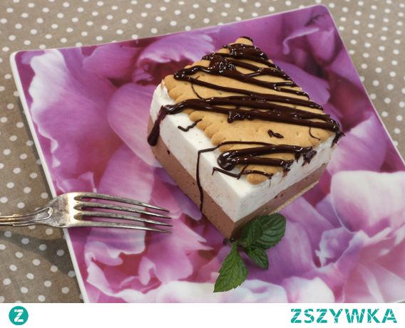 Ciasto na herbatnikach, które zawsze zachwyca fanów słodkości, choć nie zawiera dodatku cukru.