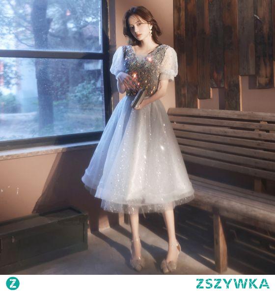 Uroczy Szary Gwiazda Cekiny Strona Sukienka 2021 Princessa V-Szyja Kótkie Rękawy Długość Herbaty Koktajlowe Wieczorowe Sukienki Wizytowe