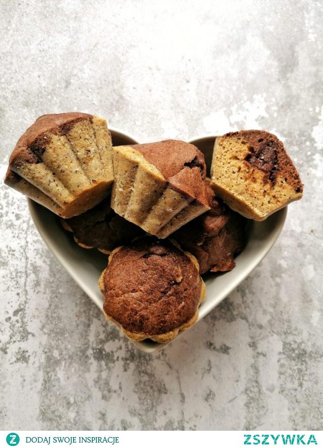 Dwukolorowe muffinki z czekoladą w środku.