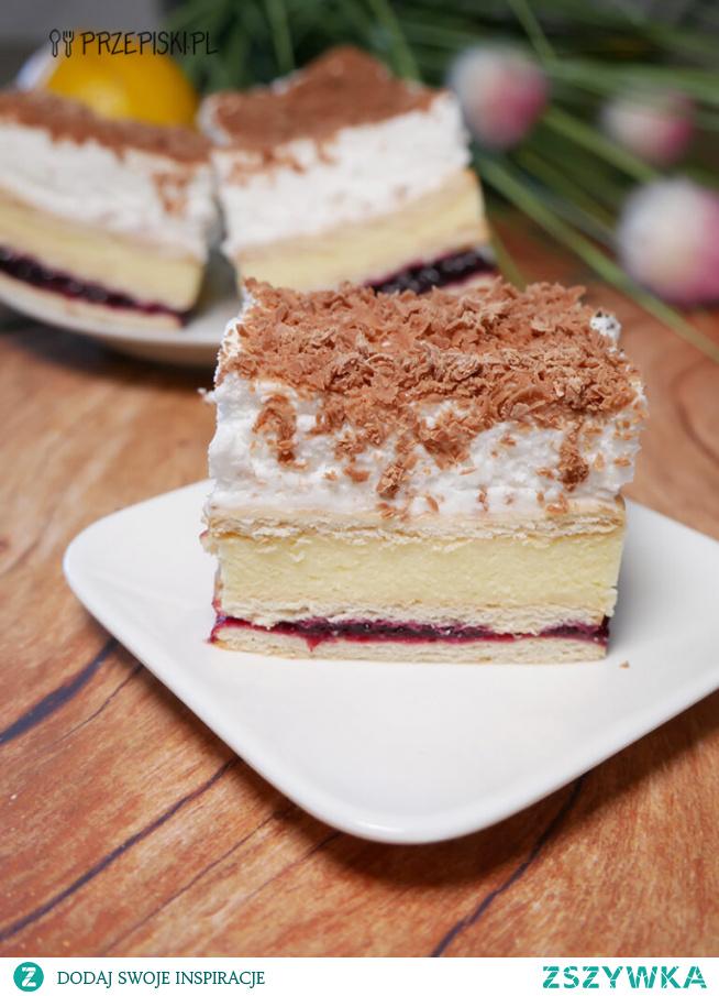 Owocowy 3 bit to bardzo smaczne ciasto bez pieczenia, które zachwyci podniebienia każdego miłośnika tego typu wypieków.